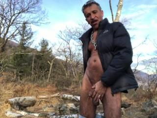 Pissen in Winterwald