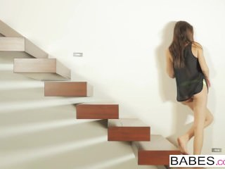 Babes – Lady Lou plays with her pussy for her fans