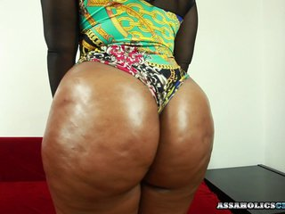 Black chick wants the cum on her buttocks