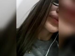 ragazza annoiata decide di postare un video hard