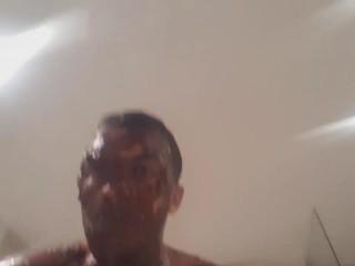 TK78 enveloppé de nutella fait des dabs puis prend une douche