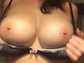 6 sec grabbing boobs, put bra off