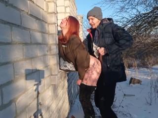 Секс на улице зимой – Заставила парня трахнуть себя