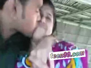 Indian village girl kissing boyfriend in outdoor scandal – teen99*com