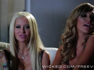 Wicked – Hot smoking foursome